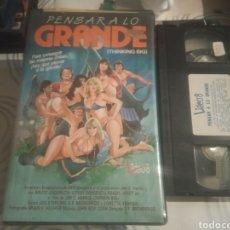 Cine: VHS - PENSAR A LO GRANDE • CINTA DESCATALOGADA. DIR.S.F. BROWNRIGG AÑO 1986 - COMEDIA PICANTE. Lote 184563547