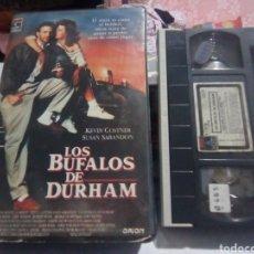 Cine: LOS BUFALOS DE DURHAM (1988) - RON SHELTON KEVIN COSTNER SUSAN SARANDON TIM ROBBINS VHS 1ª EDICION. Lote 186342112
