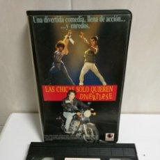 Cine: VHS LAS CHICAS SÓLO QUIEREN DIVERTIRSE. Lote 194496961