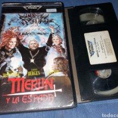 Cine: MERLIN Y LA ESPADA - MALCOLM MCDOWELL- VHS- 1985- DIRIGIDA POR CLIVE DONNER. Lote 194882182