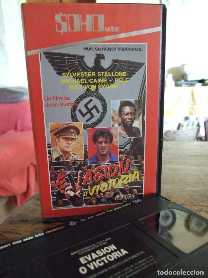 EVASION O VICTORIA - JOHN HUSTON - PELE , SYLVESTER STALLONE , MICHAEL CAINE - SOHO (Cine - Películas - VHS)