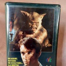 Cine: EL MORADOR DE LAS TINIEBLAS (1988). VHS. TERROR. Lote 205005297