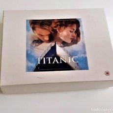 Cine: TITANIC CAJA DELUXE SET 2 PELECULAS VHS + GUION + LIBRO + TARJETAS ARTISTICAS - 34X25X7.CM. Lote 221969350
