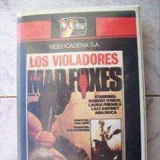 Cinema: LOS VIOLADORES MAD FOXES VHS. Lote 244801165
