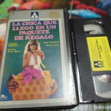 Cine: VHS - LA CHICA QUE LLEGÓ VINO EN UN PAQUETE DE REGALO 1974 FARRAH FAWCETT - TRICOLOR. Lote 254032880