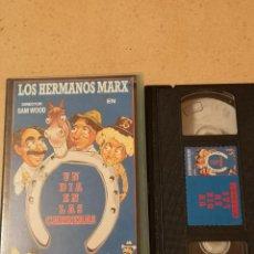 Cine: VHS PELICULA VIDEO LOS HERMANOS MARX UN DIA EN LAS CARRERAS. Lote 255365885