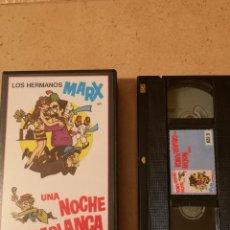 Cine: VHS PELICULA VIDEO LOS HERMANOS MARX UNA NOCHE EN CASABLANCA. Lote 255366105