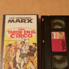 Cine: VHS PELICULA VIDEO LOS HERMANOS MARX UNA TARDE EN EL CIRCO + RECORTE. Lote 255366300