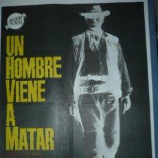 Cine: CARTEL DE CINE TAMAÑO 1000X700 TITULO UN HOMBRE VIENE A MATAR DIBUJA JANO. Lote 10903263