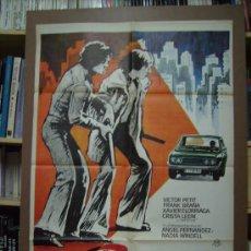 Cine: PERROS CALLEJEROS, DE JOSÉ ANTONIO DE LA LOMA. POSTER. 68 X 99 CMS. 1982.. Lote 235015745