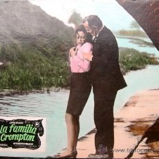 Cine: CARTEL DE CINE DE CARTÓN ANTIGUO (39 X 29 CM): LA FAMILIA CROMPTON . Lote 25263655