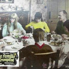 Cine: CARTEL DE CINE DE CARTÓN ANTIGUO (39 X 29 CM): LA FAMILIA CROMPTON . Lote 25263668