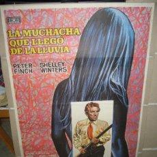 Cine: LA MUCHACHA QUE LLEGO DE LA LLUVIA PETER FINCH SHELLEY WINTERS POSTER ORIGINAL 70X100 MAC. Lote 30170951