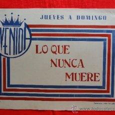 Cine: LO QUE NUNCA MUERE, CONRADO SAN MARTÍN, CARTELITO LOCAL (45X32) AÑOS 50, CINE AVENIDA. Lote 33238855