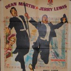 Cine: CARTEL DE CINE ORIGINAL VIVIENDO SU VIDA, DEAN MARTIN, JERRY LEWIS, 70 POR 100CM, LEER. Lote 40087462