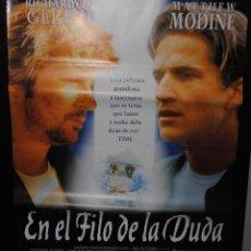 Cine: CARTEL DE CINE ORIGINAL DE LA PELÍCULA EN EL FILO DE LA DUDA, 70 POR 100CM. Lote 41507243