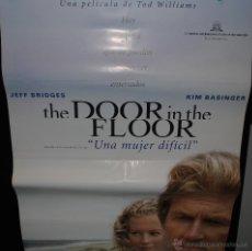 Cine: CARTEL DE CINE ORIGINAL DE LA PELÍCULA THE DOOR IN THE FLOOR, UNA MUJER DIFÍCIL, 70 POR 100CM. Lote 41661513