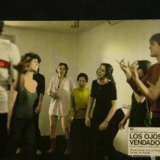 Cine: CARTELERA CINE LOBBY CARD LOS OJOS VENDADOS SAURA CHAPLIN QUEREJETA 38,8X28,8CMS. Lote 57092308