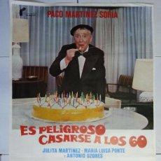 Cine: ANTIGUO CARTEL DE CINE 70 X 100 CM. ES PELIGROSO CASARSE A LOS 60 - 1980. Lote 61580756