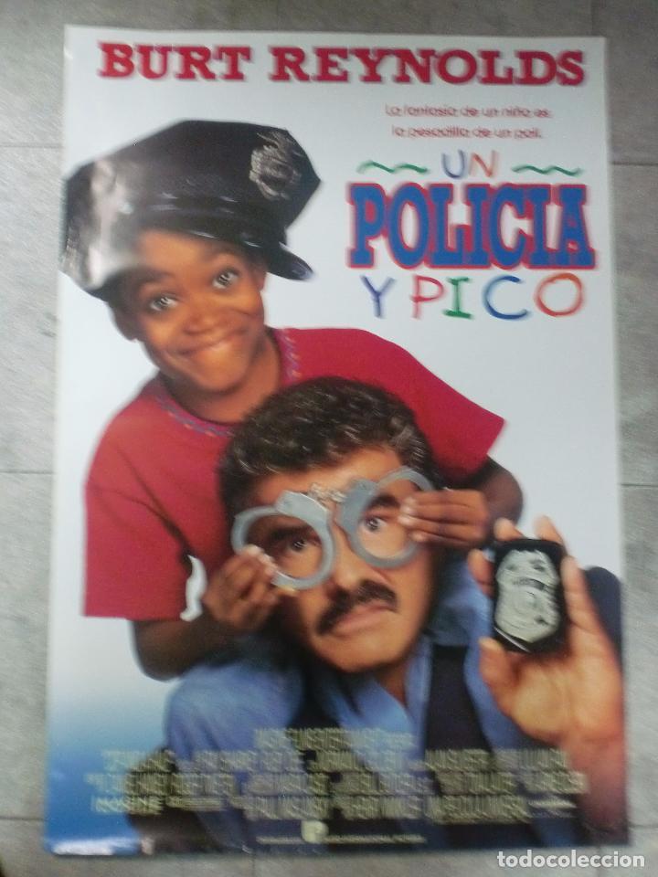 CARTEL DE CINE ORIGINAL. UN POLICÍA Y PICO. 99 X 70 CM (Cine - Posters y Carteles - Comedia)