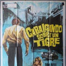 Cine: (N257) CABALGANDO SOBRE UN TIGRE, TOM BELL,JUDY DENCH, CARTEL DE CINE ORIGINAL 100X70 CM APROX. Lote 100243439