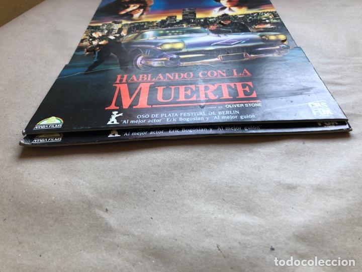 Cine: HABLANDO CON LA MUERTE (OLIVER STONE 1989). CARTEL PROMOCIONAL TROQUELADO - Foto 5 - 135819466
