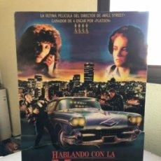 Cine: HABLANDO CON LA MUERTE (OLIVER STONE 1989). CARTEL PROMOCIONAL TROQUELADO. Lote 135819466
