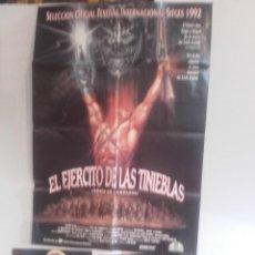 Cine: EL EJERCITO DE LAS TINIEBLAS Y 6 FOTOCROMOS DE LA MISMA PELICULA. Lote 151431670