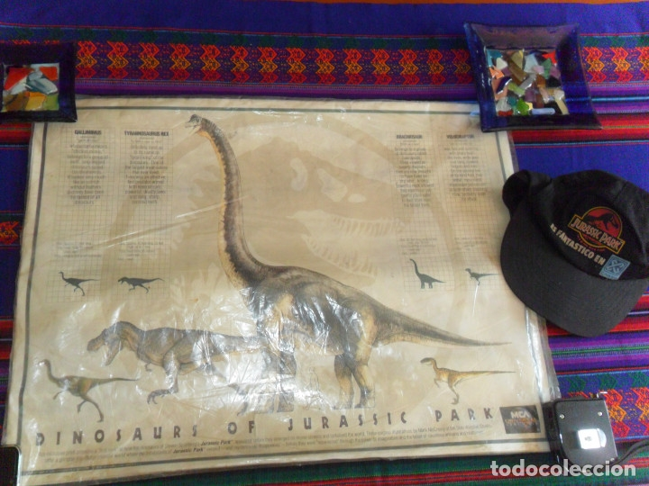 EN BLISTER CARTEL DINOSAURS OF JURASSIC PARK Y GORRA DEL ESTRENO DE PARQUE JURÁSICO. CINESA 1993. (Cine - Posters y Carteles - Ciencia Ficción)