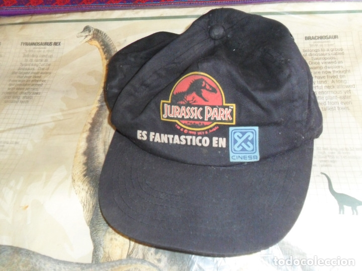 Cine: EN BLISTER CARTEL DINOSAURS OF JURASSIC PARK Y GORRA DEL ESTRENO DE PARQUE JURÁSICO. CINESA 1993. - Foto 3 - 175170064
