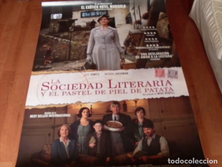 LA SOCIEDAD LITERARIA Y EL PASTEL DE PATATA - LILY JAMES, MICHIEL HUISMAN - CARTEL ORIGINAL AÑO 2018 (Cine- Posters y Carteles - Drama)