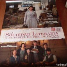 Cine: LA SOCIEDAD LITERARIA Y EL PASTEL DE PATATA - LILY JAMES, MICHIEL HUISMAN - CARTEL ORIGINAL AÑO 2018. Lote 180190405