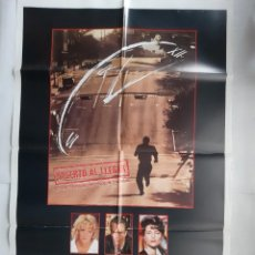 Cine: ANTIGUO CARTEL CINE MUERTO AL LLEGAR + 12 FOTOCROMOS 1988 CC58. Lote 201110022