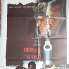 Cine: ANTIGUO CARTEL CINE DISPARA A MATAR + 12 FOTOCROMOS 1988 CC157. Lote 203851183