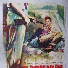 Cine: AL BORDE DEL RÍO. CON DEBRA PAGET. POSTER 69 X 97 CMS. DIB. MAC.. Lote 204672375