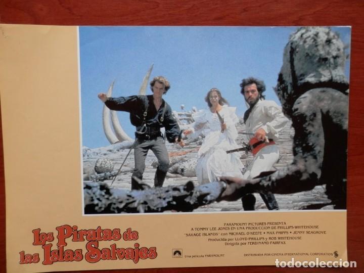 LOBBY CARD - LOS PIRATAS DE LAS ISLAS SALVAJES - 34 X 24 CENTÍMETROS (Cine - Posters y Carteles - Comedia)