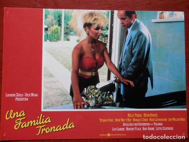 LOBBY CARD - UNA FAMILIA TRONADA - 34 X 24 CENTÍMETROS (Cine - Posters y Carteles - Comedia)