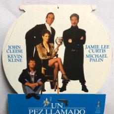 Cinema: UN PEZ LLAMADO WANDA (1989). CARTEL COLGANTE PROMOCIONAL DE LA PELÍCULA. REVERSIBLE. DE CARTÓN. Lote 216932677