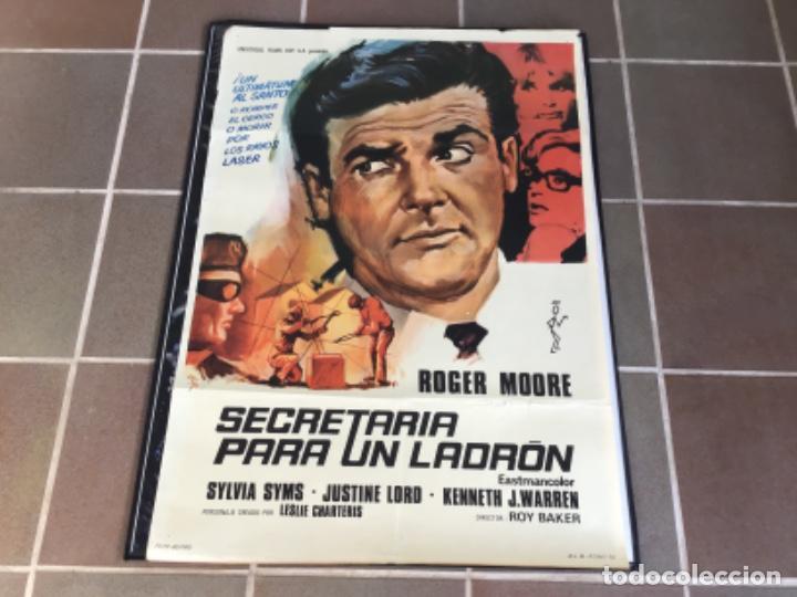 CARTEL - POSTER DE PELICULA DE CINE ORIGINAL - SECRETARIA PARA UN LADRON -ROGER MORE EL SANTO /8 (Cine - Posters y Carteles - Acción)