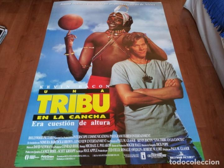 UNA TRIBU EN LA CANCHA - KEVIN BACON, CHARLES GITONGA MAINA - POSTER ORIGINAL BUENAVISTA 1994 (Cine - Posters y Carteles - Deportes)