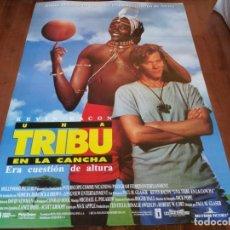 Cine: UNA TRIBU EN LA CANCHA - KEVIN BACON, CHARLES GITONGA MAINA - POSTER ORIGINAL BUENAVISTA 1994. Lote 235128015