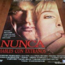 Cine: NUNCA HABLES CON EXTRAÑOS - REBECCA DE MORNAY, ANTONIO BANDERAS - POSTER ORIGINAL TRIPICTURES 1995. Lote 235150155