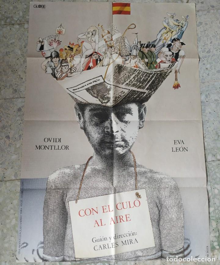 CON EL CULO AL AIRE. CARLES MIRA, OVIDI MONTLLOR, EVA LEÓN. 97 X 66,5 CM. (Cine - Posters y Carteles - Comedia)