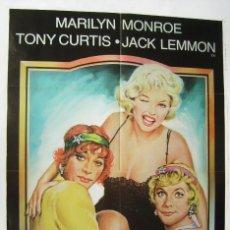 Cine: CON FALDAS Y A LO LOCO, CON MARILYN MONROE . POSTER. 66,5 X 96,5 CMS.1983, DISEÑO: MATAIX.. Lote 261853720
