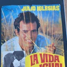 Cine: POSTER DE CINE LA VIDA SIGUE IGUAL FILMAYER S.A. CON JULIO IGLESIAS. Lote 277619458