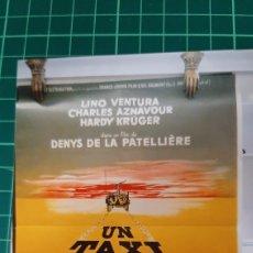 Cine: UN TAXI POUR TOBROUX LINO VENTURA CHARLES AZNAVOUR HARDY KRUGER CARTEL PÓSTER AFICHE 77X59 640. Lote 288137018