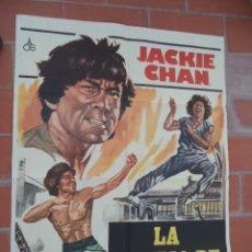 Cine: CARTEL DE CINE 70X 100 APROX MOVIE POSTER VER FOTO LA FURIA DE JAKIE JACKIE CHAN CHIN HSIN. Lote 288649378