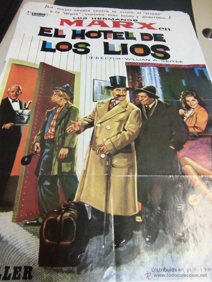 CARTEL DE LOS HERMANOS MARX, EL HOTEL DE LOS LIOS SELLO COSMOS AÑO 1982 MEDIDAS 69 X 100 CTMS (Cine - Reproducciones de carteles, folletos...)