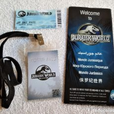 Cine: JURASSIC WORLD LOTE PASS + ESCARAPELA + FOLLETO. Lote 154625250