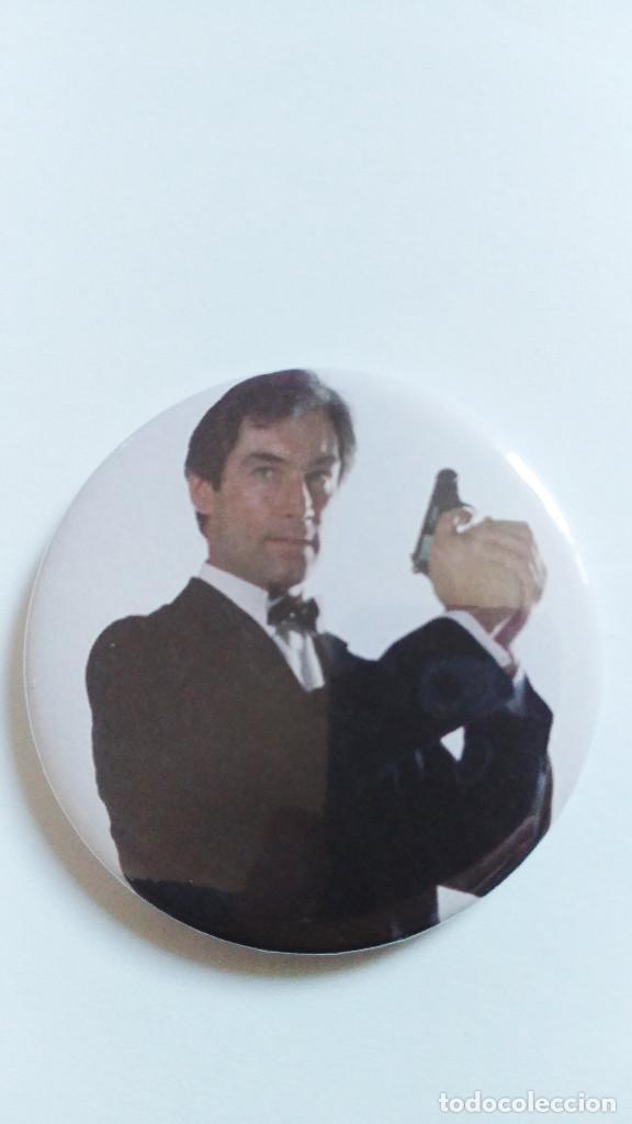 CHAPA DE JAMES BOND 007, TIMOTHY DALTON - IMAN DE 58MM (Cine - Reproducciones de carteles, folletos...)